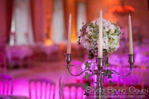 Chandelier décoré d'un bouquet de fleurs rond dans le salon Radziwill au Chateau d'Ermenonville