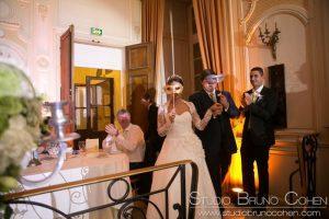 entrée des mariés dans la salle du diner au Chateau d'Ermenonville tenant des masques vénitiens