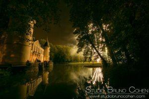 Feu d'artifice sur l'étang au nord du Chateau d'Ermenonville vu de la berge à l'Est