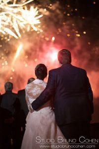 mariés de dos contemplant un feu d'artifice au Chateau d'Ermenonville