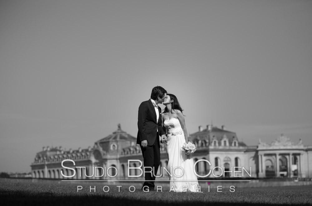 Grandes Ecuries, mariage, couple de mariés qui s'embrasse, noir et blanc