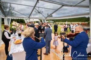 violoniste joue pour les invites du mariage