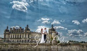 couple de mariés en pied se regardent, Chateau de Chantilly en arrière-plan
