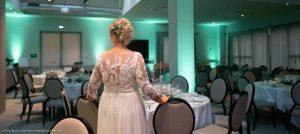 mariee decouvre sa salle de reception pour le mariage