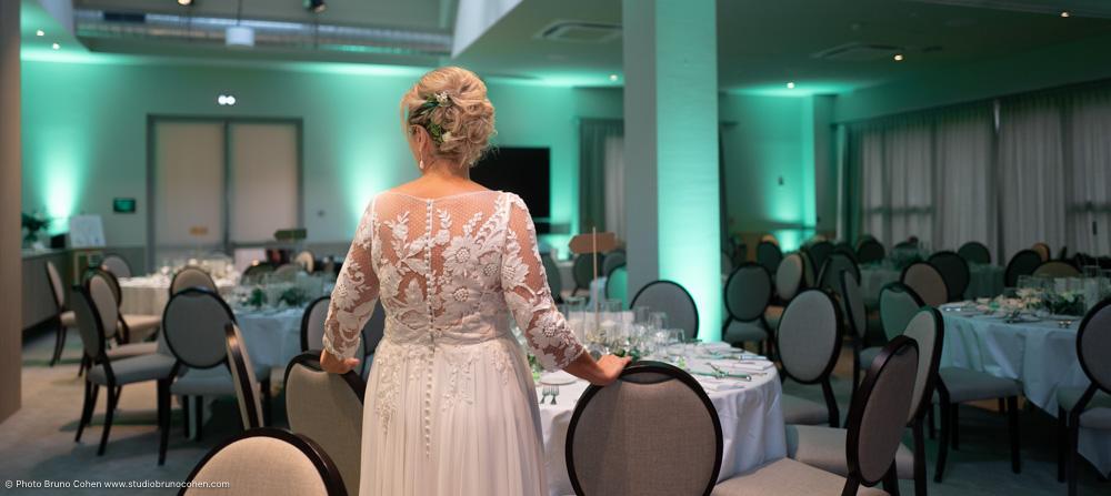 mariée de dos dans la salle du diner d'un mariage a l'hotel Hyatt Chantilly