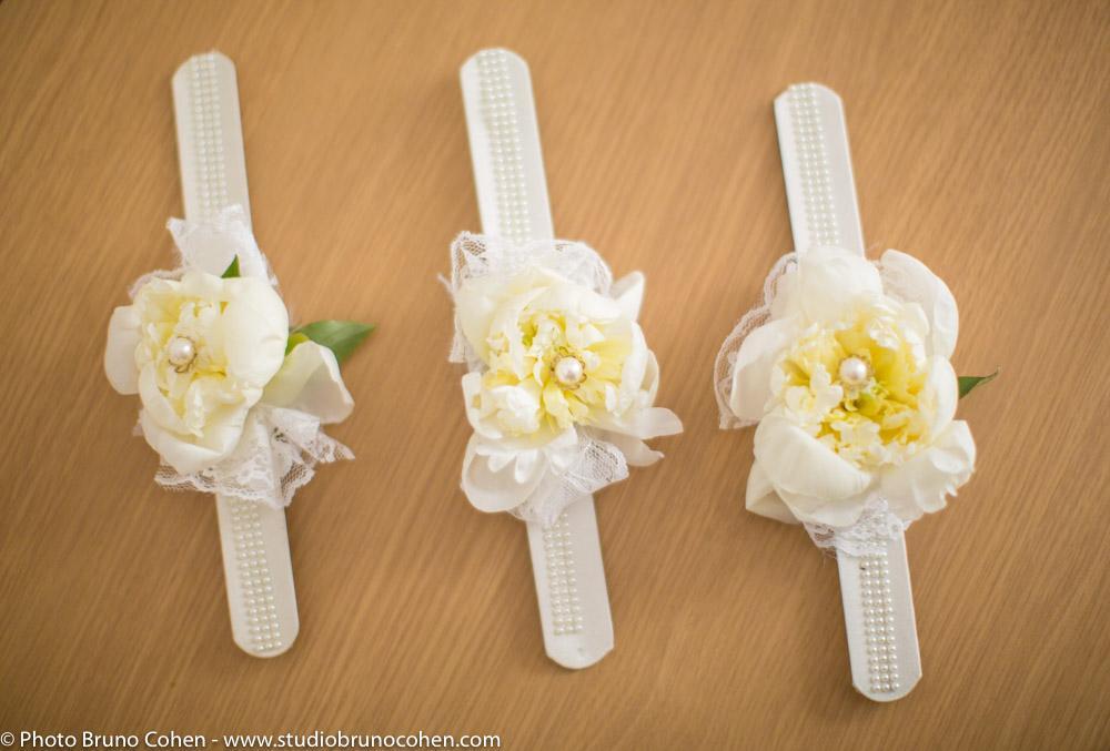 trois bracelets de fille d'honneur pour un mariage en perles blanches avec pour chacun une fleur et une perle au centre