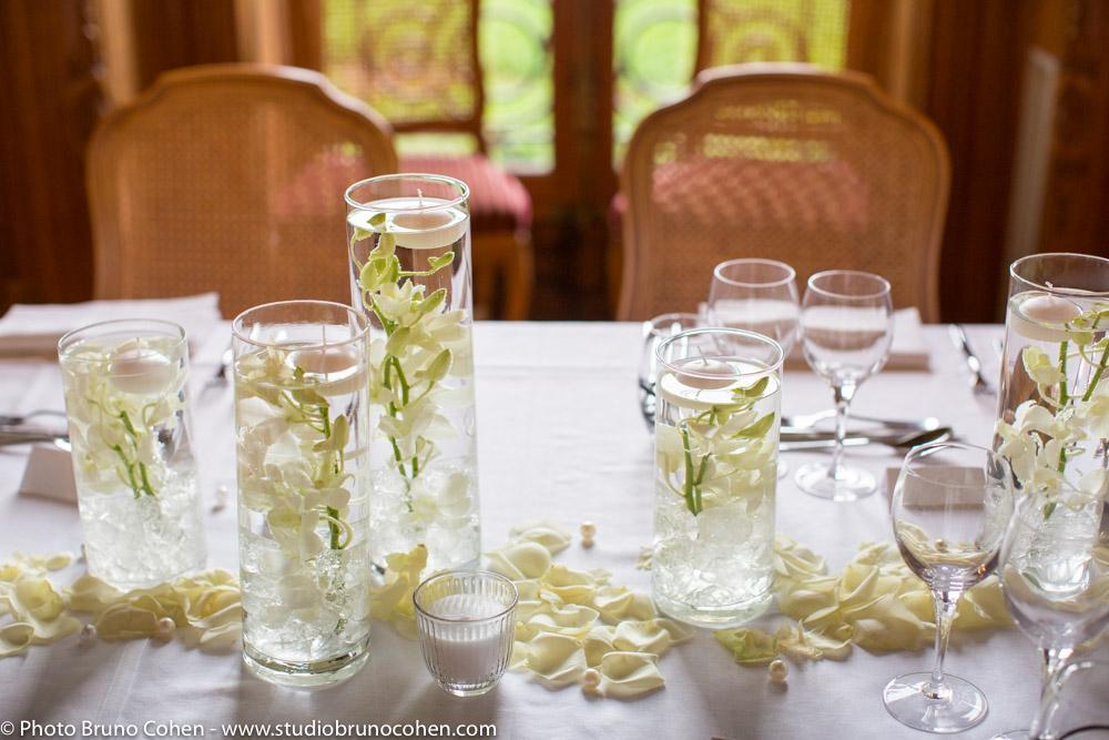 table de diner de mariage décorée par des vases cylindriques avec des orchidées blanches par Art et Fleurs L'Isle-Adam