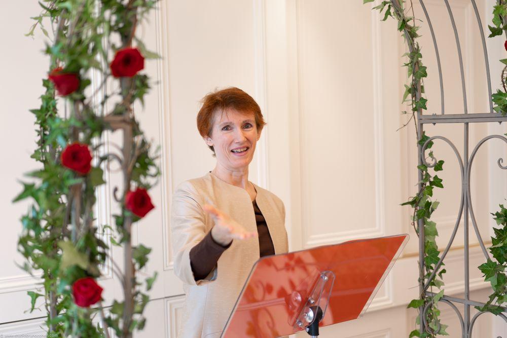 Helene Virally souriante, officiante-ceremony, cadrée en buste pendant une cérémonie laique a l'hotel Tiara Montroyal Chantilly