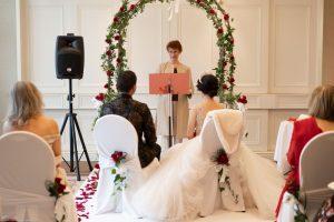 Officiante de mariage en train de faire un discours