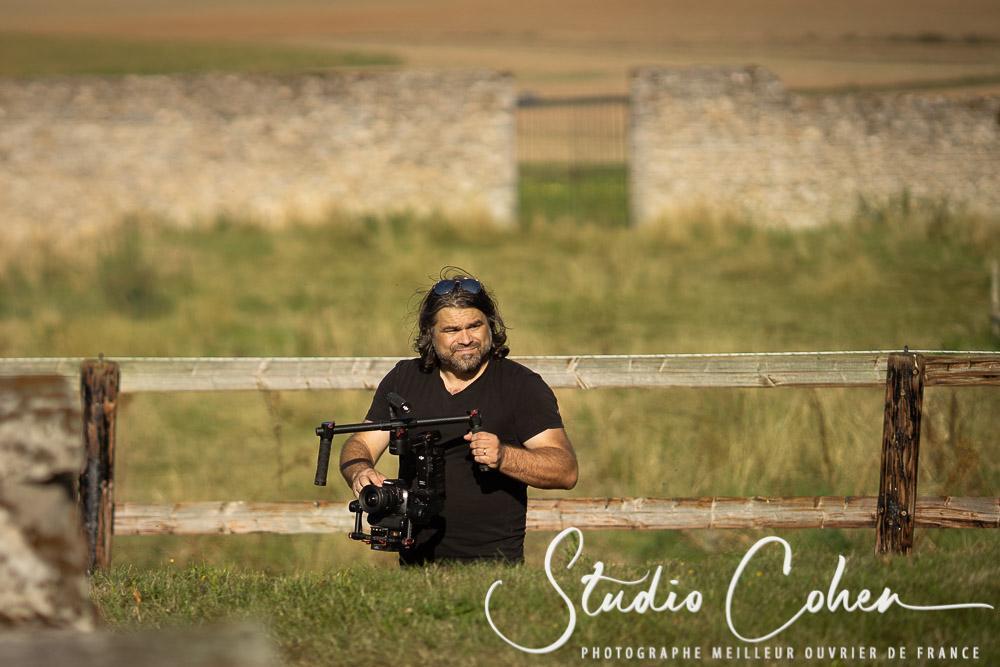 Raphael, cadreur et videaste d'Edition Limitée en action dans la campagne avec une camera en mains
