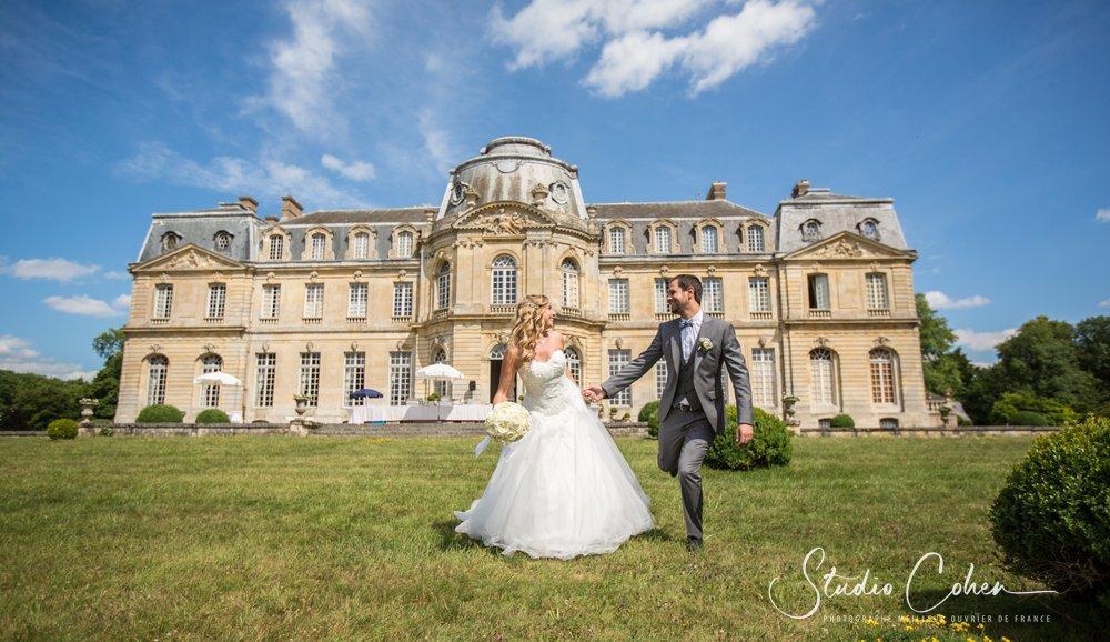 chateau de champlatreux, mariés courant dans le parc avec le chateau en fond