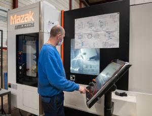 technicien avec nouvelle machine, société CMC
