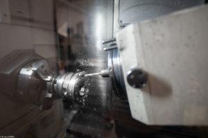 Machine en train d'usiner une pièce chez CMC